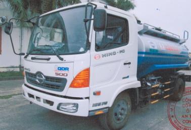 Xe xi téc chở xăng dầu Hino 8 khối.